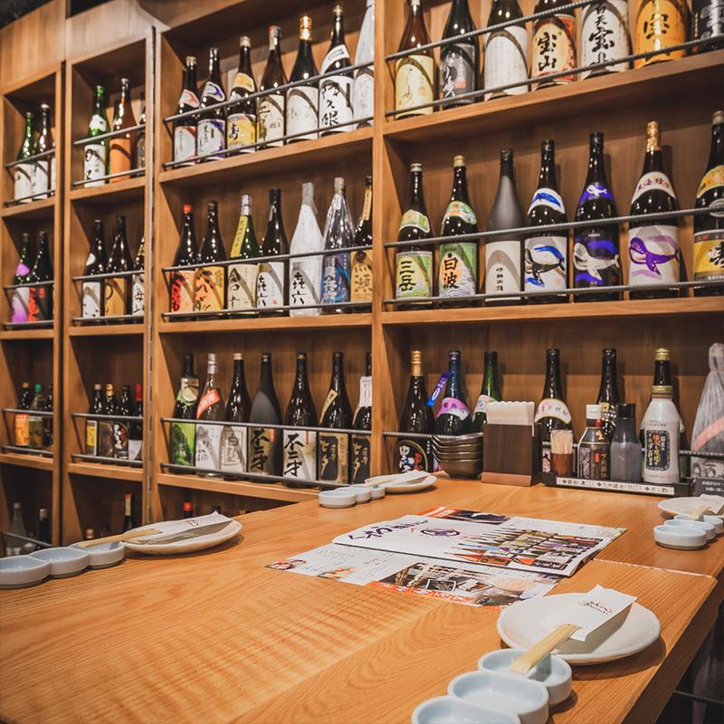 九州の地酒がディスプレイされた壁面